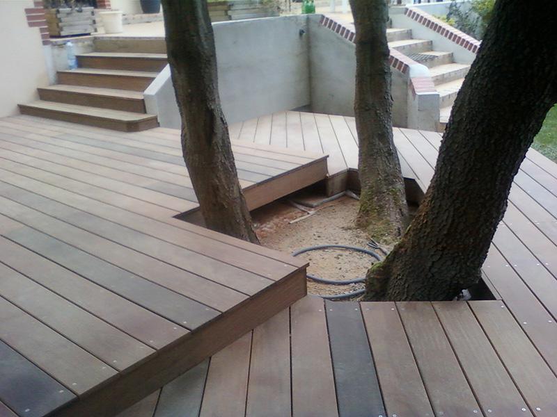 Image 11 - Création d'une terrasse en ipé à double niveau sur terrain stabilisé avec habillage de marche et encadrement des arbres