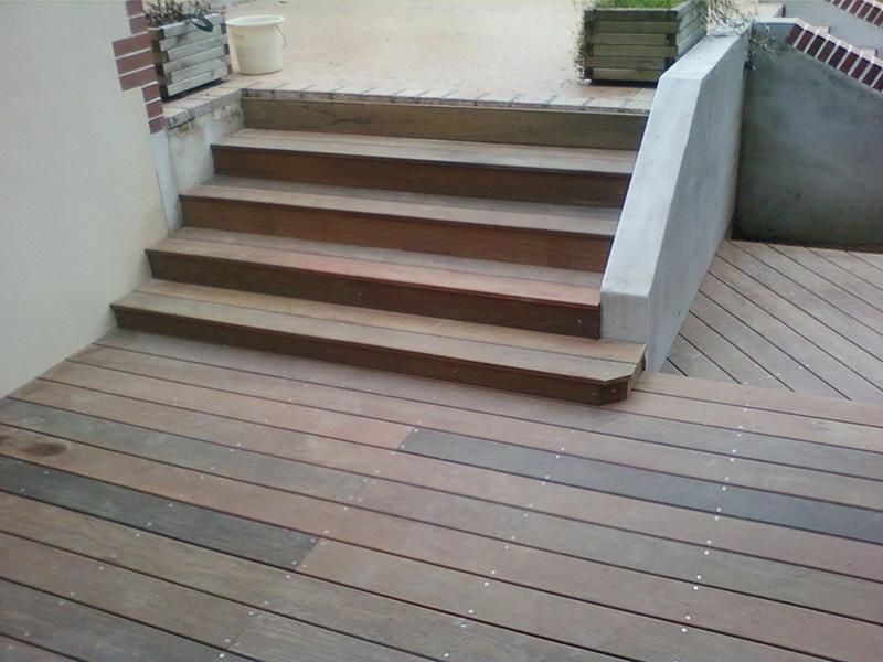 Image 12 - Création d'une terrasse en ipé à double niveau sur terrain stabilisé avec habillage de marche et encadrement des arbres