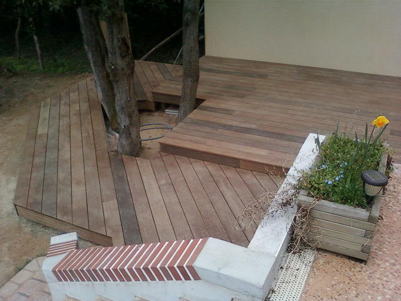 Image 13 - Création d'une terrasse en ipé à double niveau sur terrain stabilisé avec habillage de marche et encadrement des arbres